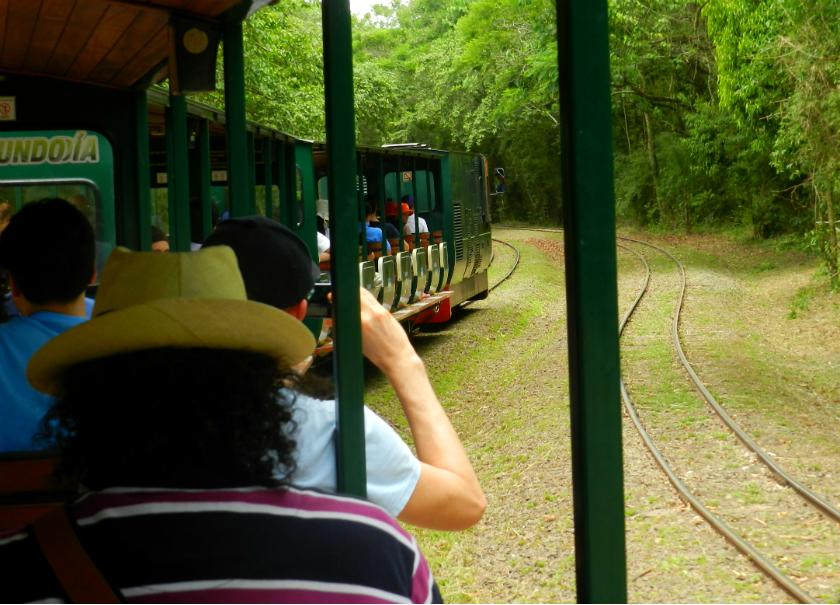 Na Argentina, a viagem até o acesso às trilhas é de trem