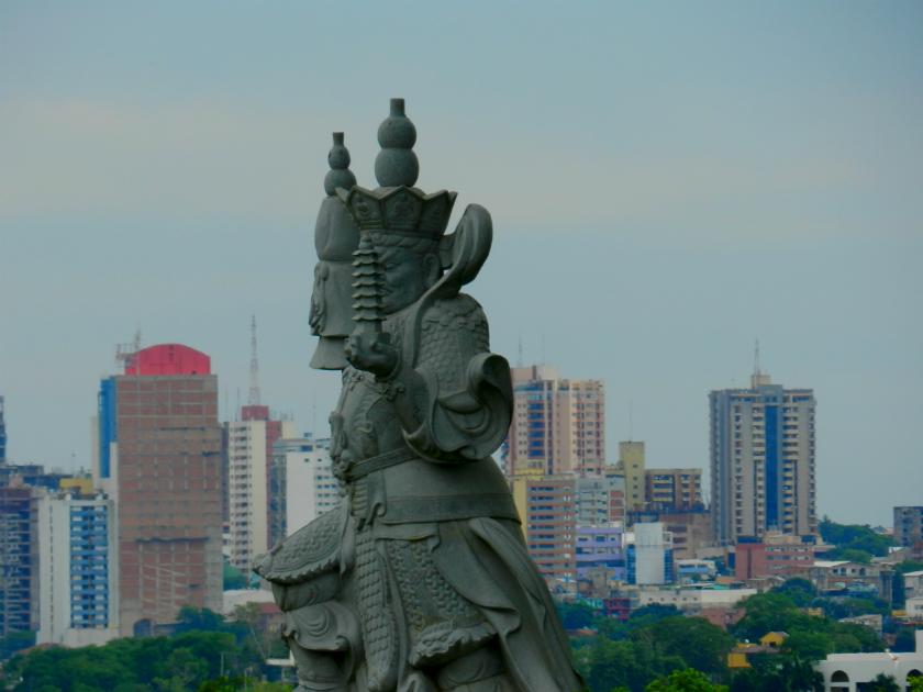 Uma das estátuas do templo e, ao fundo, o Paraguai
